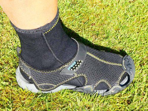 Waadschoenen: Crocs Swiftwater Mesh en 3 mm neopreen sokjes van Decathlon